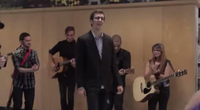 男友用自己谱写的歌曲,在洛杉矶机场求婚