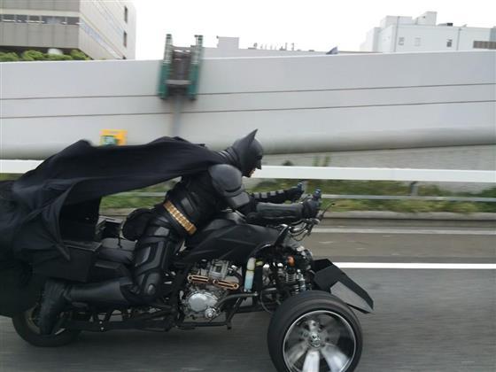 日本高速公路惊现蝙蝠侠