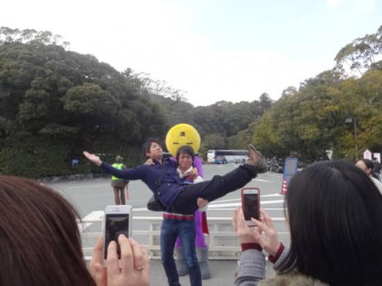 一位自称「满月侠」的布偶装志愿者清扫东京街道