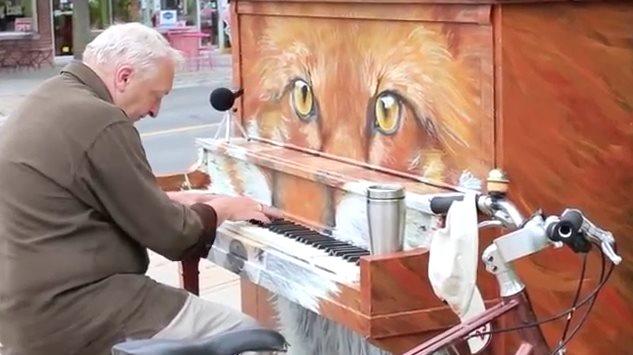 老人在街头即兴钢琴演奏唱歌,音声美妙路人禁不住止步