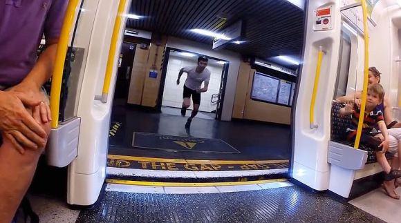 震撼!30岁男子与地铁赛跑看那个更快到下个车站