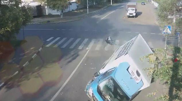俄罗斯自行车手在一场车祸中奇迹般地逃过一劫