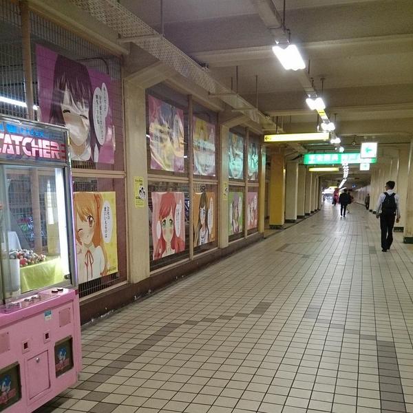 来看看日本某游戏厅外面贴的海报吧,绝对可以把你打击到再起不能