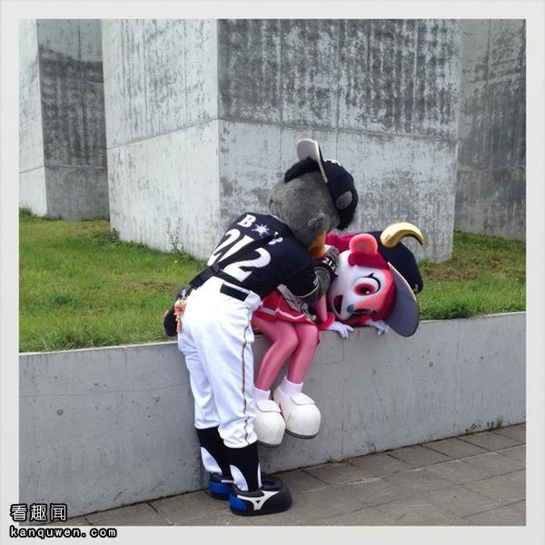 2ch翻译:蓓尔碳被强吻了,警察叔叔就是这个人!