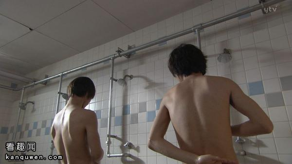 月和L在浴室一起洗澡