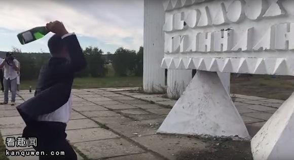 YouTube:俄罗斯新郎摔香槟酒时发生了奇迹般的事件